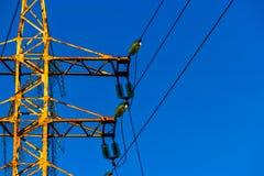 Λεπτομέρεια πύργων δύναμης Ηλεκτρικοί μονωτές που τοποθετούνται στο σκουριασμένο δύναμη-πύργο στοκ εικόνες