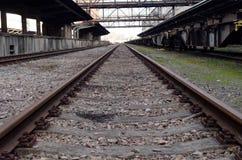 Λεπτομέρεια ραγών στον παλαιό εγκαταλειμμένο βιομηχανικό σιδηροδρομικό σταθμό στην Πράγα Στοκ Φωτογραφία