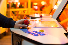 Λεπτομέρεια σε ετοιμότητα που κρατά τα κόκκινα πηδάλια επάνω και το παλαιό arcade Στοκ Φωτογραφίες