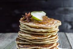 Λεπτομέρεια σε ολόκληρες τις τηγανίτες σιταριού με τη μαρμελάδα αχλαδιών και το γλυκάνισο αστεριών Στοκ φωτογραφία με δικαίωμα ελεύθερης χρήσης