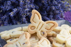 Λεπτομέρεια στα βουτύρου μπισκότα μπισκότων με Lavender τη μορφή πεταλούδων Στοκ εικόνες με δικαίωμα ελεύθερης χρήσης