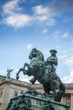 Λεπτομέρεια στον αυτοκράτορα Joseph ΙΙ γλυπτών στο αυτοκρατορικό παλάτι της Βιέννης Hofburg, είσοδος στην ηλιόλουστη ημέρα στη Βι Στοκ Φωτογραφίες