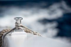 Λεπτομέρεια στυλίσκων βαρκών στο μπλε υπόβαθρο νερού Στοκ εικόνες με δικαίωμα ελεύθερης χρήσης