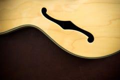 Λεπτομέρεια σωμάτων κιθάρων με την υγιή φ-τρύπα Στοκ εικόνα με δικαίωμα ελεύθερης χρήσης