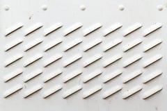 Λεπτομέρεια της βρώμικης λευκιάς επιτροπής με τα κάγκελα εξαερισμού Στοκ Εικόνες