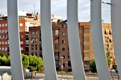 Λεπτομέρεια της γέφυρας για πεζούς Arganzuela με τα κτήρια στο υπόβαθρο, μΑ Στοκ Εικόνα
