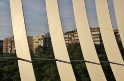 Λεπτομέρεια της γέφυρας για πεζούς Arganzuela με τα κτήρια στο υπόβαθρο Στοκ Εικόνες