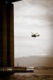 Λεπτομέρεια της γέφυρας Ρίο-Niteroi με το ελικόπτερο στην ανασκόπηση Στοκ Φωτογραφίες