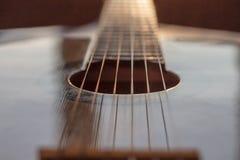 Λεπτομέρεια της κλασικής κιθάρας με το ρηχό βάθος στοκ φωτογραφία με δικαίωμα ελεύθερης χρήσης