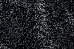 Λεπτομέρεια της μαύρης δαντέλλας στο δέρμα Στοκ Εικόνες