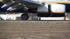 Λεπτομέρεια της μηχανής και των ροδών αεροπλάνων στην προσγείωση φιλμ μικρού μήκους