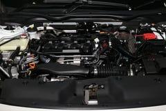 Λεπτομέρεια της μηχανής σε ένα νέο αυτοκίνητο Στοκ Εικόνες