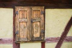 Λεπτομέρεια της μπροστινής πρόσοψης παραθύρων και τοίχων της παλαιάς παραδοσιακής κατά το ήμισυ εφοδιασμένης με ξύλα πλαισιώνοντα Στοκ εικόνα με δικαίωμα ελεύθερης χρήσης