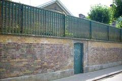 Λεπτομέρεια της μπροστινής πόρτας του σπιτιού όπου ο υδράργυρος του Freddie έζησε και πέθανε με τα μηνύματα ανεμιστήρων στοκ εικόνα με δικαίωμα ελεύθερης χρήσης