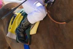 Λεπτομέρεια της μπότας jockey στο άλογό του πριν από τον αγώνα στοκ εικόνες