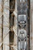 Λεπτομέρεια της ξύλινης γλυπτικής του ανθρώπου στο στυλοβάτη στο παραδοσιακό παλάτι Fon ` s σε Bafut, Καμερούν, Αφρική Στοκ εικόνα με δικαίωμα ελεύθερης χρήσης