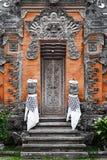 Πόρτα - παραδοσιακός ασιατικός από το Μπαλί που χαράζεται στοκ φωτογραφίες