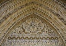 Λεπτομέρεια της παλαιάς πρόσοψης εκκλησιών Αρχιτεκτονική λεπτομέρεια με τον Ιησού Chr Στοκ Εικόνες