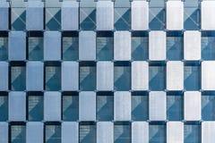 Λεπτομέρεια της σύγχρονης πρόσοψης τοίχων κουρτινών Checkerboard σχέδιο στοκ εικόνες με δικαίωμα ελεύθερης χρήσης