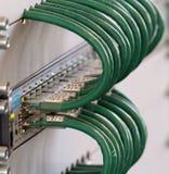 Λεπτομέρεια της σύνδεσης των πράσινων καλωδίων δικτύων σε μια αντιπυρική ζώνη α Στοκ εικόνες με δικαίωμα ελεύθερης χρήσης