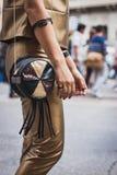 Λεπτομέρεια της τσάντας έξω από τις επιδείξεις μόδας της Gucci που χτίζουν για την εβδομάδα 2014 μόδας των γυναικών του Μιλάνου Στοκ φωτογραφίες με δικαίωμα ελεύθερης χρήσης