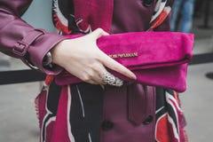 Λεπτομέρεια της τσάντας έξω από το κτήριο επιδείξεων μόδας του Armani για το Μιλάνο Wom Στοκ φωτογραφία με δικαίωμα ελεύθερης χρήσης