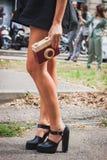 Λεπτομέρεια της τσάντας και των παπουτσιών έξω από τις επιδείξεις μόδας της Gucci που χτίζουν για την εβδομάδα 2014 μόδας των γυν Στοκ Εικόνες