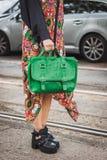 Λεπτομέρεια της τσάντας και των παπουτσιών έξω από τις επιδείξεις μόδας της Gucci που χτίζουν για την εβδομάδα 2014 μόδας των γυν Στοκ Φωτογραφίες