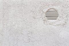 Λεπτομέρεια του άσπρου τοίχου με τα κάγκελα εξαερισμού Στοκ Εικόνα