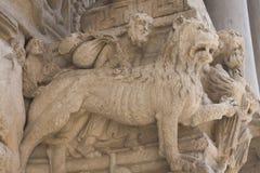 Λεπτομέρεια του αγάλματος στον παλαιό καθεδρικό ναό Sainte Trophime σε Arles Γαλλία Στοκ Εικόνες
