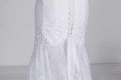 Λεπτομέρεια του ακριβού γαμήλιου φορέματος πολυτέλειας Δαντέλλα, κορδέλλες σατέν, ακριβό ύφασμα Στοκ φωτογραφία με δικαίωμα ελεύθερης χρήσης