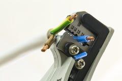 Λεπτομέρεια του γδυσίματος των πενσών για τους ηλεκτρικούς αγωγούς στοκ εικόνα