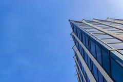 Λεπτομέρεια του εξωτερικού κτιρίου γραφείων Ορίζοντας επιχειρησιακών κτηρίων που ανατρέχει με το μπλε ουρανό Σύγχρονο διαμέρισμα  στοκ εικόνες