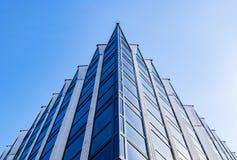Λεπτομέρεια του εξωτερικού κτιρίου γραφείων Ορίζοντας επιχειρησιακών κτηρίων που ανατρέχει με το μπλε ουρανό Σύγχρονο διαμέρισμα  στοκ φωτογραφίες με δικαίωμα ελεύθερης χρήσης