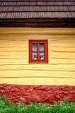 Λεπτομέρεια του ζωηρόχρωμου παραθύρου στο παλαιό παραδοσιακό ξύλινο σπίτι Στοκ εικόνες με δικαίωμα ελεύθερης χρήσης