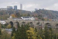 Λεπτομέρεια του ηλεκτρικού σιδηροδρόμου στη λουξεμβούργια πόλη με τις ράγες, τις γραμμές επαφών και τις δομές οδογεφυρών Στοκ Εικόνες