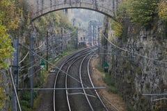 Λεπτομέρεια του ηλεκτρικού σιδηροδρόμου στη λουξεμβούργια πόλη με τις ράγες, τις γραμμές επαφών και τις δομές οδογεφυρών Στοκ φωτογραφία με δικαίωμα ελεύθερης χρήσης