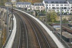 Λεπτομέρεια του ηλεκτρικού σιδηροδρόμου στη λουξεμβούργια πόλη με τις ράγες, τις γραμμές επαφών και τις δομές οδογεφυρών Στοκ Φωτογραφία