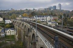 Λεπτομέρεια του ηλεκτρικού σιδηροδρόμου στη λουξεμβούργια πόλη με τις ράγες, τις γραμμές επαφών και τις δομές οδογεφυρών Στοκ Εικόνα