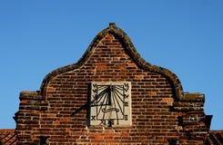 Λεπτομέρεια του ηλιακού ρολογιού σε μια παλαιά πρόσοψη οικοδόμησης Στοκ Φωτογραφία