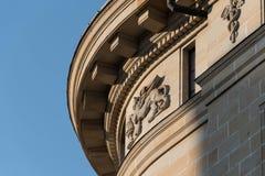 Λεπτομέρεια του ιστορικού κτηρίου με τα ιατρικά σύμβολα στοκ φωτογραφία με δικαίωμα ελεύθερης χρήσης