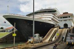 Λεπτομέρεια του κρουαζιερόπλοιου στην κλειδαριά, κανάλι του Παναμά Στοκ Φωτογραφίες