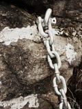 Λεπτομέρεια του ματιού αγκύρων μπουλονιών χάλυβα στην αλυσίδα χάλυβα λαβής βράχου ψαμμίτη Στοκ Φωτογραφίες