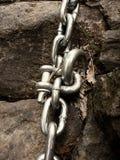 Λεπτομέρεια του ματιού αγκύρων μπουλονιών χάλυβα στην αλυσίδα χάλυβα λαβής ροκ ψαμμίτη Στοκ Φωτογραφίες