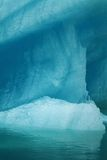 Λεπτομέρεια του μεγάλου τυρκουάζ παγόβουνου που επιπλέει στο νερό στην Αλάσκα με την αντανάκλαση Στοκ φωτογραφίες με δικαίωμα ελεύθερης χρήσης