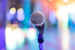 Λεπτομέρεια του μικροφώνου με θολωμένος Στοκ Εικόνες