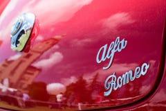 Λεπτομέρεια του λογότυπου της Alfa Romeo σε ένα κόκκινο Giulietta Στοκ Φωτογραφία