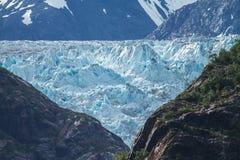 Λεπτομέρεια του παγετώνα στην Αλάσκα πίσω από τους βράχους. Στοκ φωτογραφία με δικαίωμα ελεύθερης χρήσης