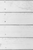 Λεπτομέρεια του παλαιού ξύλινου άσπρου χρωματισμένου τοίχου με πολλά ρωγμές και άκρα, κατασκευασμένο υπόβαθρο στοκ φωτογραφία