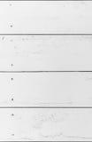Λεπτομέρεια του παλαιού ξύλινου άσπρου χρωματισμένου τοίχου με πολλά ρωγμές και άκρα, κατασκευασμένο υπόβαθρο στοκ εικόνες με δικαίωμα ελεύθερης χρήσης